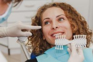 подбор естественного цвета зубов пациенту в СкайКлиник