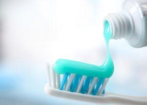 как правильно выдавливать зубную пасту?